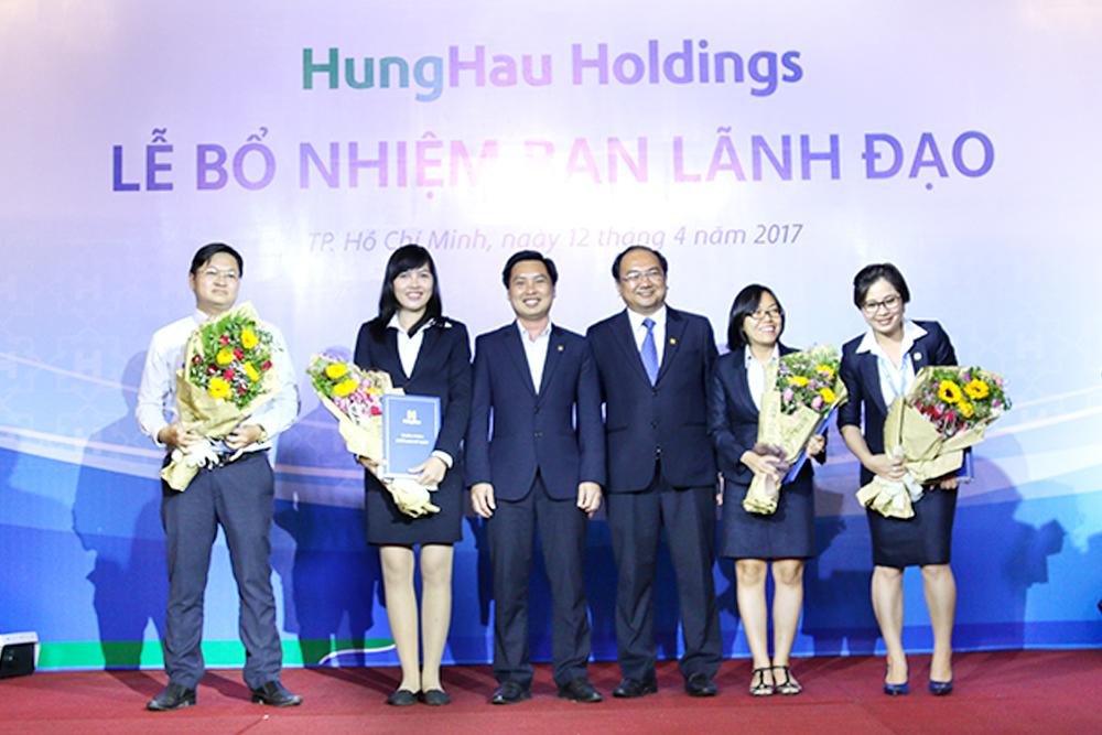 Các Tân lãnh đạo Ban chức năng của Công ty CP Phát triển Hùng Hậu nhận quyết định bổ nhiệm