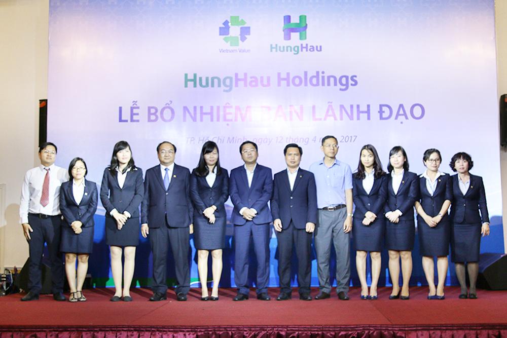 Hội đồng Quản trị HungHau Holdings chụp hình lưu niệm với Ban Giám đốc Điều hành và Tân lãnh đạo các Ban chức năng