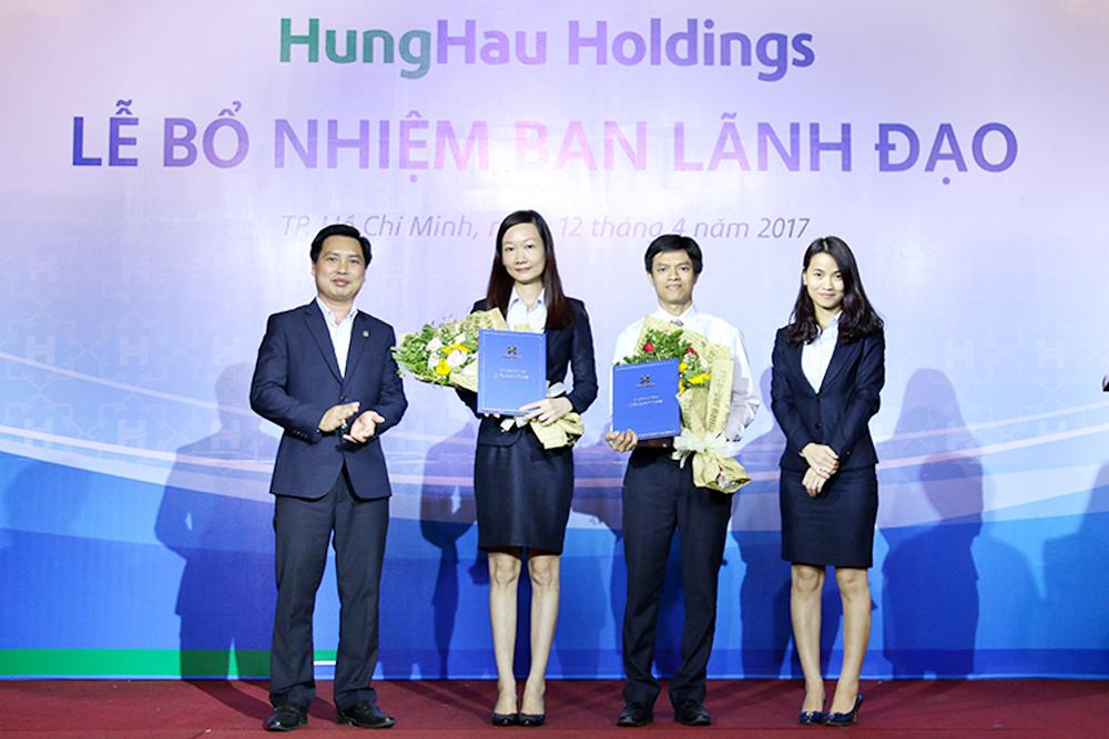 Lãnh đạo Công ty Cổ phần Nông nghiệp Hùng Hậu nhận quyết định bổ nhiệm