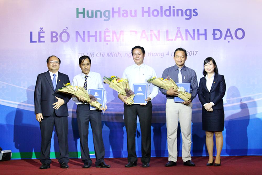 Lãnh đạo Công ty TNHH Nước Giải Khát Hùng Hậu nhận quyết định bổ nhiệm
