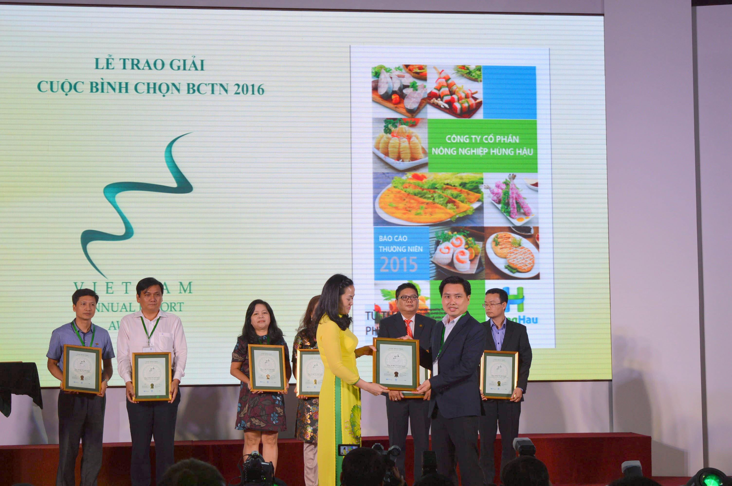Ông Từ Thanh Phụng – Tổng Giám đốc Công ty Cổ phần Nông nghiệp Hùng Hậu nhận giải thưởng TOP 30 Doanh nghiệp có Báo cáo thường niên tốt nhất 2016
