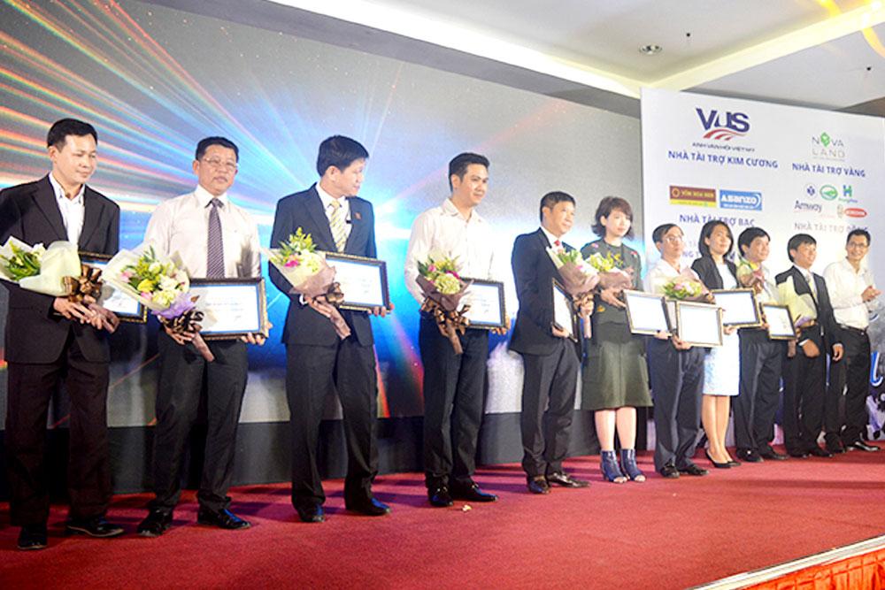 Thầy Đặng Thanh Vũ – Đại diện nhà tài trợ HungHau Holdings nhận hoa từ BTC Chương trình