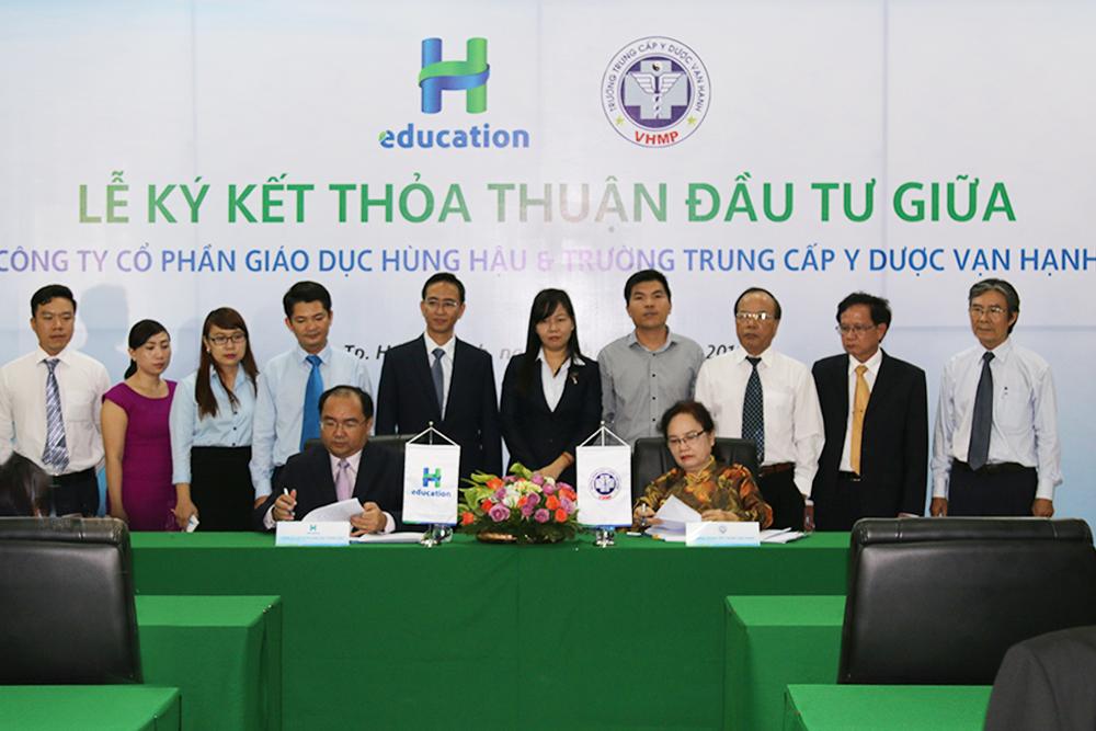 PGS.TS Nguyễn Minh Đức - Trưởng ban Dự án đầu tư và bà Trần Lệ Hằng - Chủ tịch HĐQT - Hiệu trưởng Trường Trung cấp Y dược Vạn Hạnh thực hiện nghi thức ký kết