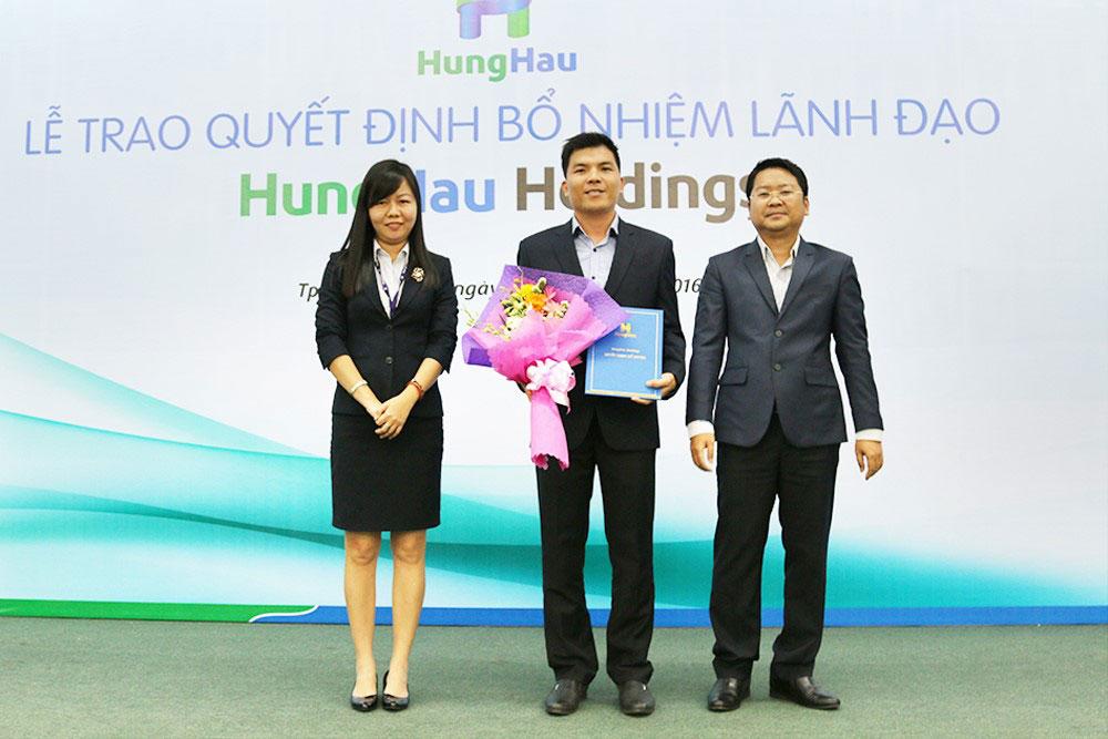Trao quyết định bổ nhiệm cho Ông Vũ Quang Chính (đứng giữa) - Tổng Giám đốc Cty Cổ phần Giáo dục Hùng Hậu