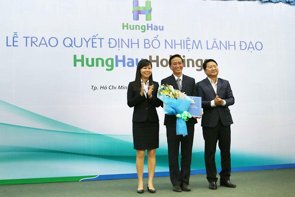 Trao quyết định bổ nhiệm cho Ông Trần Đức Dũng (đứng giữa) - Tổng Giám đốc Cty TNHH Phân phối Hùng Hậu