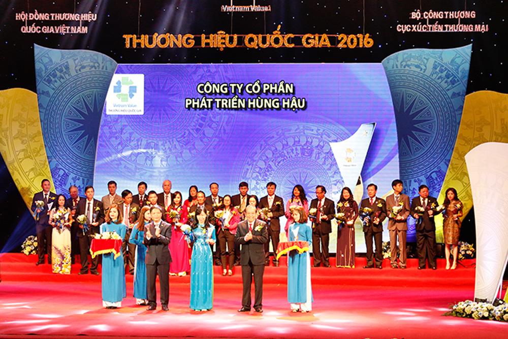 Bà Nguyễn Thị Thanh Tâm - Chánh Văn phòng HĐQT, Giám đốc điều hành HungHau Holdings nhận biểu trưng Thương hiệu Quốc gia