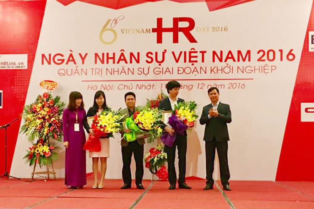 Bà Nguyễn Thị Thanh Tâm (thứ 2 từ trái sang) - Giám đốc điều hành HungHau Holdings nhận hoa & chứng nhận từ BTC
