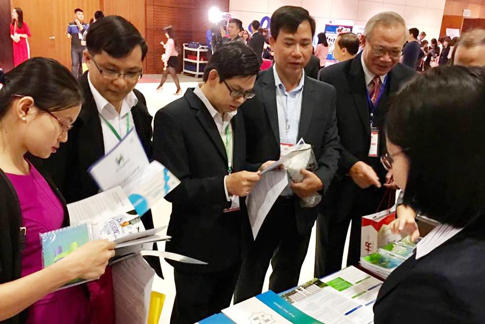 Khách tham dự Ngày Nhân sự Việt Nam 2016 đến tham quan gian hàng Hùng Hậu