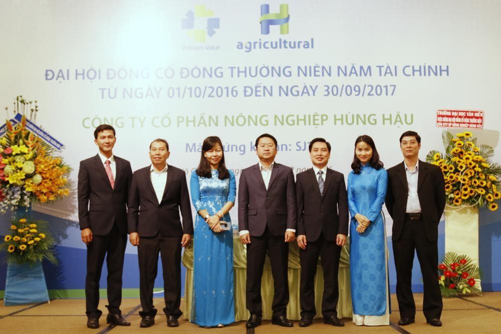 Các thành viên HĐQT Công ty Cổ phần Phát triển Nông Nghiệp Hùng Hậu chụp hình lưu niệm tại Đại hội đồng cổ đông thường niên