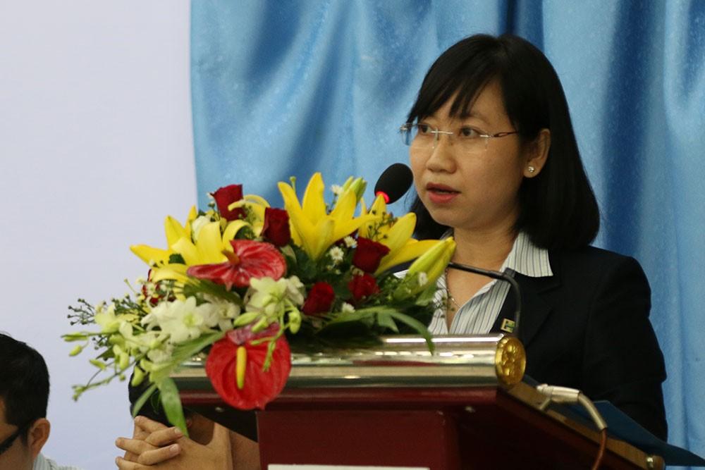 Bà Nguyễn Thanh Hà – Quyền Giám đốc Quản trị Nhân sự trình bày báo cáo về công tác Quản trị Nhân sự trước Hội nghị