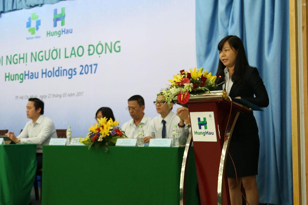 Bà Nguyễn Thị Thanh Tâm – Chánh văn phòng HĐQT kiêm GĐĐH trình bày báo cáo tổng kết hoạt động sản xuất kinh doanh 06 tháng đầu năm 2017 và phương hướng hoạt động, nhiệm vụ của công ty.